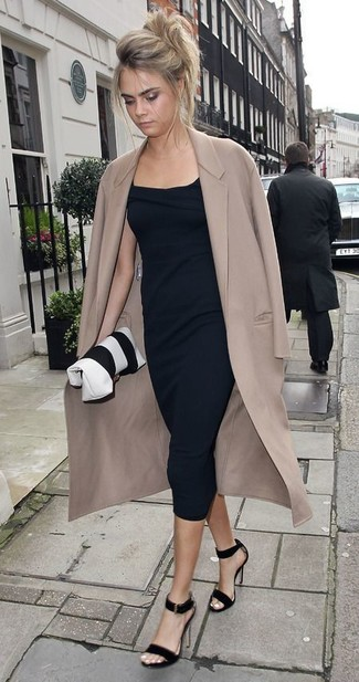 Cómo combinar: abrigo en beige, vestido midi negro, sandalias de tacón de ante negras, cartera sobre de cuero en blanco y negro