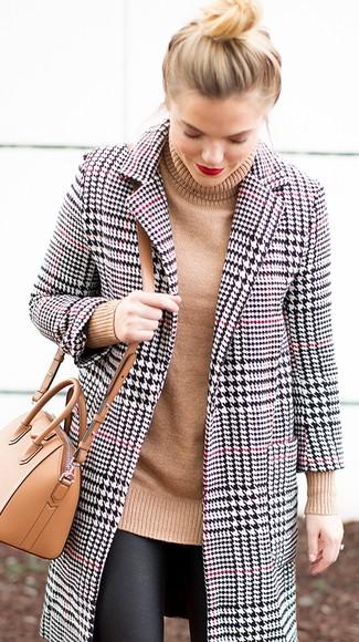 Cómo combinar: abrigo de pata de gallo en blanco y negro, jersey de cuello alto de punto marrón claro, leggings de cuero negros, bolso bandolera de cuero marrón claro