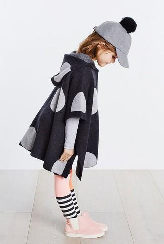 Cómo combinar: abrigo en gris oscuro, botas de ante rosadas, gorra de béisbol de lana gris, medias rosadas
