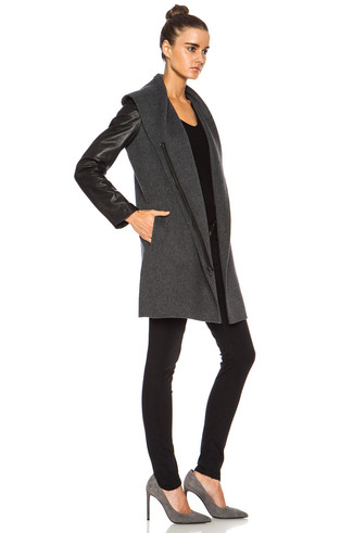 Cómo combinar: abrigo de cuero en gris oscuro, camiseta con cuello circular negra, vaqueros pitillo negros, zapatos de tacón de ante grises