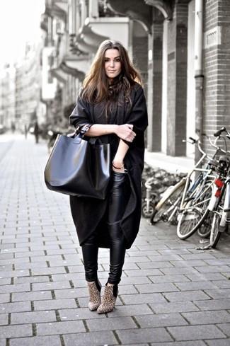 Empareja un abrigo en gris oscuro con unos leggings de cuero negros para crear una apariencia elegante y glamurosa. Botines de ante de leopardo marrón claro son una opción grandiosa para completar este atuendo.