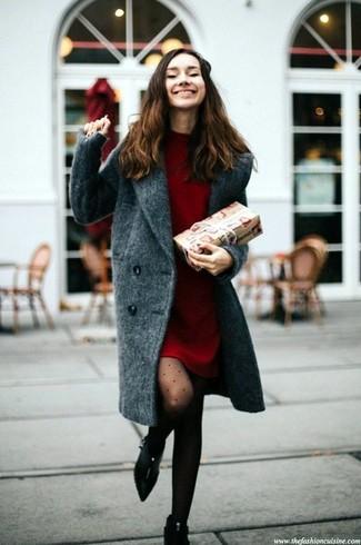Cómo combinar: abrigo en gris oscuro, vestido jersey rojo, botines de ante negros, medias a lunares negras