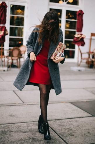 Cómo combinar: abrigo en gris oscuro, vestido recto rojo, botines de cuero negros, medias a lunares negras