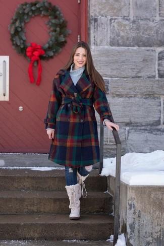 Cómo combinar: abrigo a cuadros en multicolor, jersey de cuello alto de punto gris, vaqueros pitillo desgastados azul marino, botas para la nieve en beige