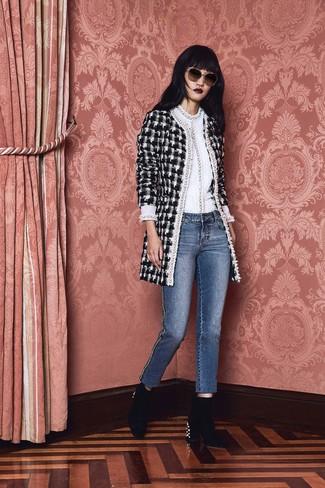 Cómo combinar: abrigo de tweed a cuadros en negro y blanco, jersey con cuello circular blanco, vaqueros azules, botines de terciopelo con adornos negros