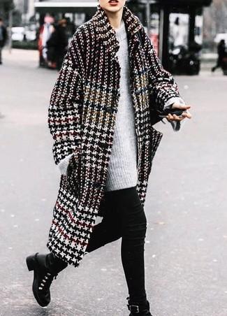 Cómo combinar: abrigo de pata de gallo en negro y blanco, jersey oversized de punto gris, vaqueros pitillo negros, botas planas con cordones de cuero negras