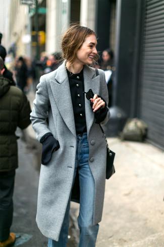 Cómo combinar: abrigo gris, blusa de manga larga negra, vaqueros de campana celestes, bolso bandolera de cuero negro
