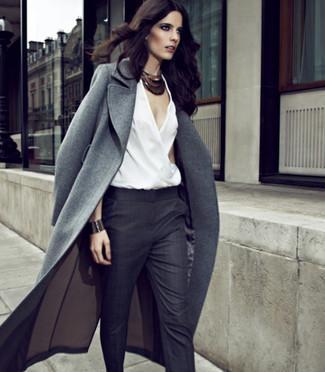 Si buscas un look en tendencia pero clásico, ponte un abrigo gris y un pantalón de vestir en gris oscuro.