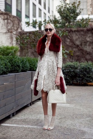 Cómo combinar: abrigo de encaje gris, botines de encaje grises, bolsa tote de cuero blanca, bufanda de pelo burdeos