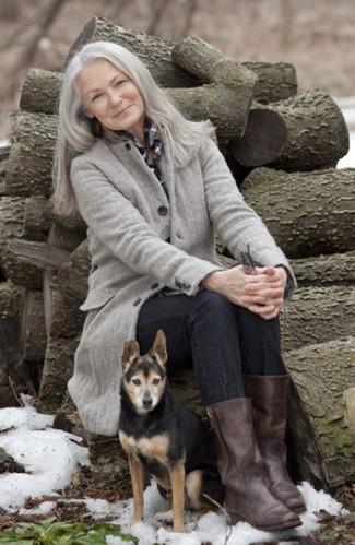 Moda para mujeres de 60 años: Haz de un abrigo gris y unos vaqueros negros tu atuendo para conseguir una apariencia relajada pero chic. Completa el look con botas a media pierna de cuero en marrón oscuro.