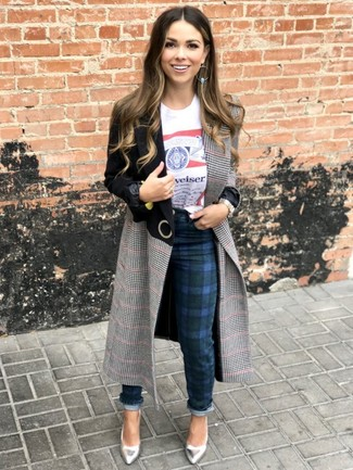 Cómo combinar: abrigo de tartán gris, camiseta con cuello circular estampada blanca, pantalones pitillo de tartán azul marino, zapatos de tacón de cuero plateados