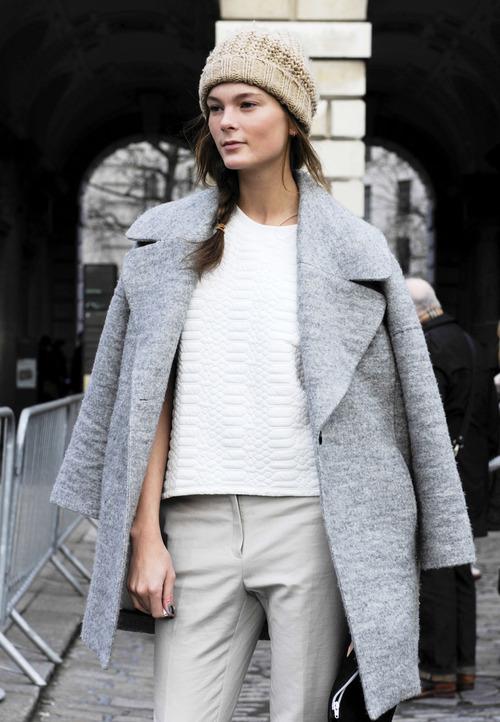 Para Grises Cuello Look Con Acolchada Gris Beige Pitillo Circular  Pantalones De En Blanca Moda Irina Gorro Camiseta ... 135c53c743e8