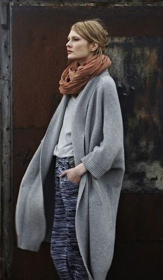 Cómo combinar una bufanda marrón: Ponte un abrigo gris y una bufanda marrón para un look agradable de fin de semana.