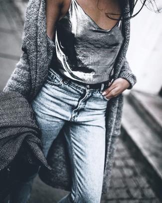Cómo combinar: abrigo de espiguilla gris, cárdigan abierto de punto gris, camiseta sin manga plateada, vaqueros pitillo celestes
