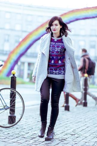 Cómo combinar: abrigo gris, jersey con cuello circular de navidad azul marino, pantalones pitillo negros, botines de cuero negros