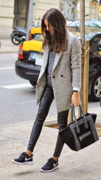 Ponte una ropa de abrigo y unos leggings de cuero negros para una vestimenta cómoda que queda muy bien junta. Para darle un toque relax a tu outfit utiliza deportivas en negro y blanco.