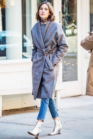 Look de Alexa Chung: Abrigo Gris, Jersey con Cuello Circular Gris, Vaqueros Pitillo Azules, Botines de Cuero Plateados