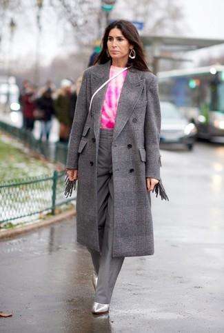 Cómo combinar: abrigo a cuadros gris, jersey con cuello circular efecto teñido anudado rosa, pantalones anchos grises, botines de cuero plateados