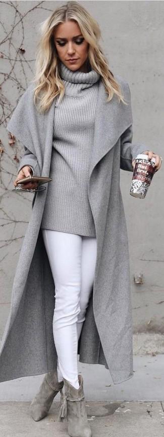 Cómo combinar: abrigo gris, jersey con cuello vuelto holgado gris, vaqueros pitillo blancos, botines de ante grises