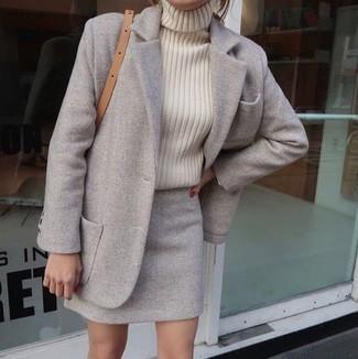 Cómo combinar: abrigo gris, jersey de cuello alto de punto en beige, minifalda de lana gris, bolso bandolera de cuero marrón claro