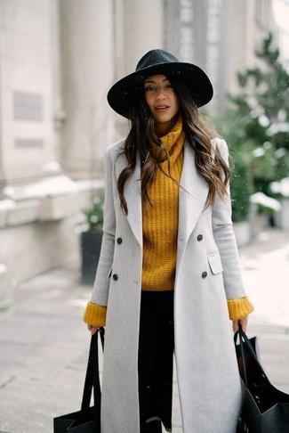 Empareja un abrigo gris con un sombrero de lana negro para lucir elegante y distinguida.