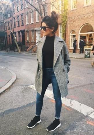 Cómo combinar: abrigo gris, jersey de cuello alto negro, vaqueros pitillo azul marino, deportivas en negro y blanco