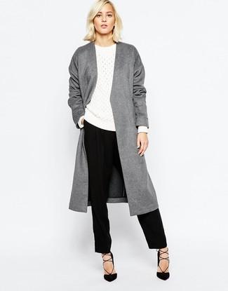 Ponte un abrigo gris y un pantalón de vestir negro para un conjunto de oficina con estilo. Zapatos de tacón de ante negros son una opción inmejorable para complementar tu atuendo.