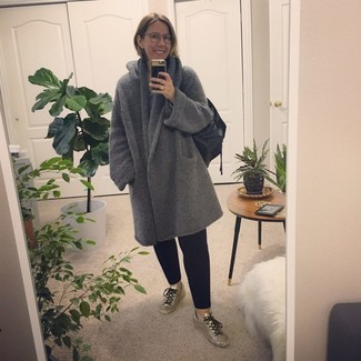 Cómo combinar un pantalón chino negro: Empareja un abrigo gris junto a un pantalón chino negro para un look diario sin parecer demasiado arreglada. ¿Te sientes valiente? Completa tu atuendo con tenis de cuero plateados.