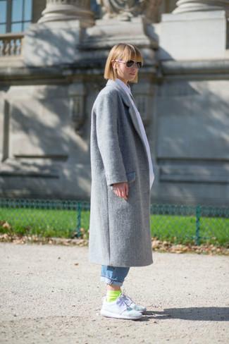 Cómo combinar: abrigo gris, vaqueros boyfriend azules, deportivas blancas, calcetines en amarillo verdoso