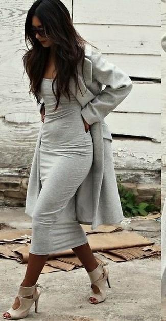 Cómo combinar: abrigo gris, vestido ajustado gris, sandalias de tacón de cuero en beige, gafas de sol en marrón oscuro