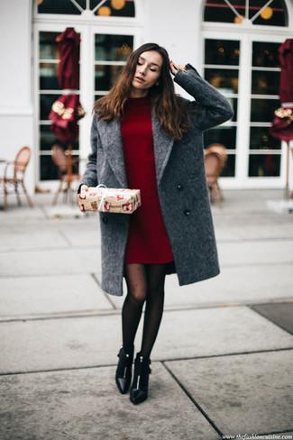 Cómo combinar: abrigo gris, vestido jersey burdeos, botines de cuero negros, medias a lunares negras
