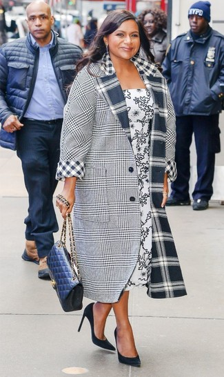 Cómo combinar: abrigo de tartán gris, vestido midi estampado en blanco y negro, zapatos de tacón de ante negros, bolso bandolera de cuero acolchado azul marino
