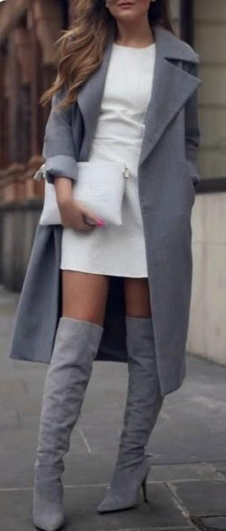 Cómo combinar: abrigo gris, vestido tubo blanco, botas sobre la rodilla de ante grises, cartera sobre de cuero blanca
