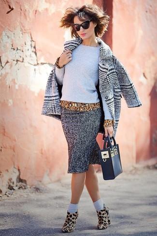 Cómo combinar: abrigo de tartán gris, jersey con cuello circular gris, blusa de manga larga de leopardo marrón claro, falda lápiz de espiguilla gris