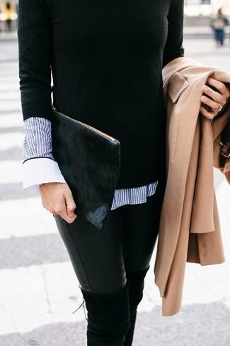 Cómo combinar: abrigo marrón claro, jersey con cuello circular negro, camisa de vestir de rayas verticales azul, vaqueros pitillo de cuero negros