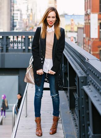 Cómo combinar: abrigo con recorte negro, jersey con cuello circular marrón claro, camisa de vestir de rayas verticales blanca, vaqueros pitillo desgastados azules