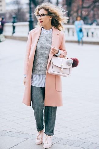 Cómo combinar: abrigo rosado, jersey con cuello circular gris, camisa de vestir de rayas verticales en blanco y azul marino, pantalones anchos de lana grises