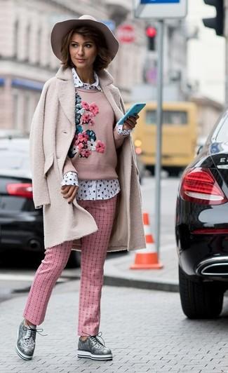 Cómo combinar: abrigo de forro polar rosado, jersey con cuello circular bordado rosado, camisa de vestir estampada blanca, pantalón de pinzas a cuadros rosado