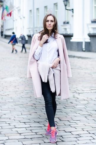 Cómo combinar: abrigo rosado, jersey con cuello circular en beige, camisa de vestir blanca, vaqueros pitillo azul marino