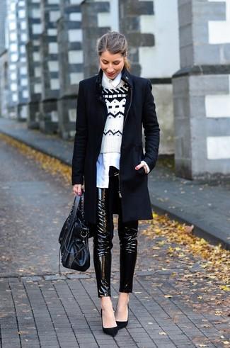Cómo combinar: abrigo negro, jersey con cuello circular de grecas alpinos en blanco y negro, camisa de vestir blanca, pantalones pitillo de cuero negros