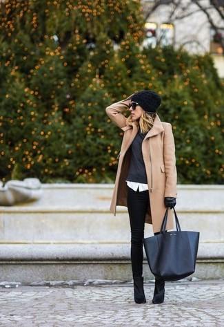 Este combo de un abrigo marrón claro y unos vaqueros pitillo negros te permitirá mantener un estilo cuando no estés trabajando limpio y simple. Este atuendo se complementa perfectamente con botines de ante negros.