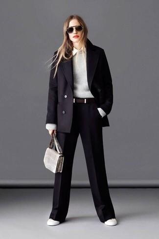 Look de moda: Abrigo negro, Jersey con cuello circular gris, Camisa de vestir blanca, Pantalones anchos negros