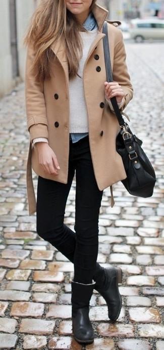 Un abrigo marrón claro y unos vaqueros pitillo negros son el combo perfecto para llamar la atención por una buena razón. Botas de caña alta de cuero negras son una opción grandiosa para completar este atuendo.