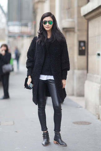 Cómo combinar un abrigo negro con unos pantalones pitillo de cuero ... 9ef78fb39be9