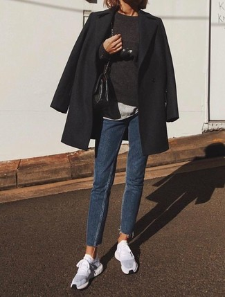 Cómo combinar: abrigo negro, jersey con cuello circular negro, camiseta con cuello circular gris, vaqueros azul marino