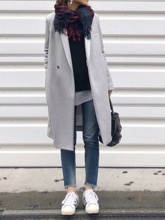 Cómo combinar: abrigo gris, jersey con cuello circular negro, camiseta con cuello circular blanca, vaqueros azules