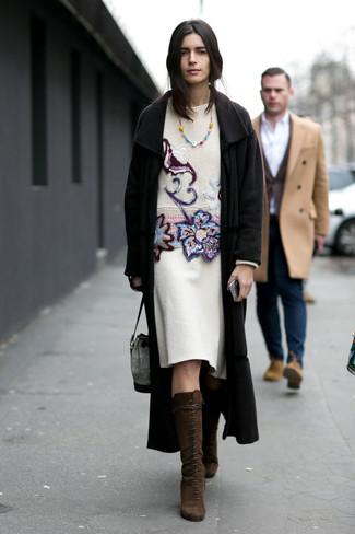 Cómo combinar un abrigo negro: Equípate un abrigo negro junto a una falda lápiz de lana blanca para un lindo look para el trabajo. Botas de caña alta de ante en marrón oscuro son una opción perfecta para completar este atuendo.