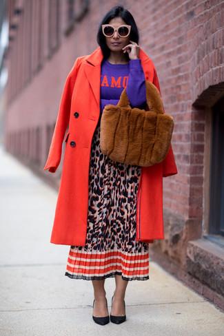 Cómo combinar: abrigo rojo, jersey con cuello circular estampado en violeta, falda midi de leopardo en multicolor, zapatos de tacón de cuero negros