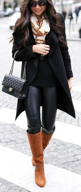 Cómo combinar: abrigo negro, jersey con cuello circular negro, leggings de cuero negros, botas de caña alta de cuero en tabaco