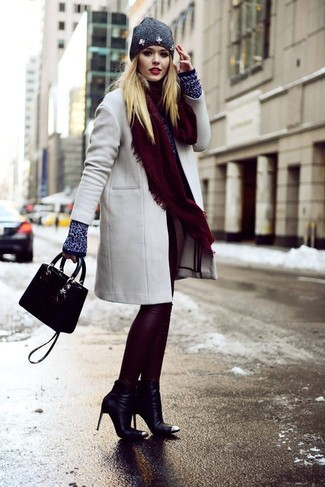 Cómo combinar: abrigo gris, jersey con cuello circular azul marino, leggings de cuero burdeos, botines de cuero negros
